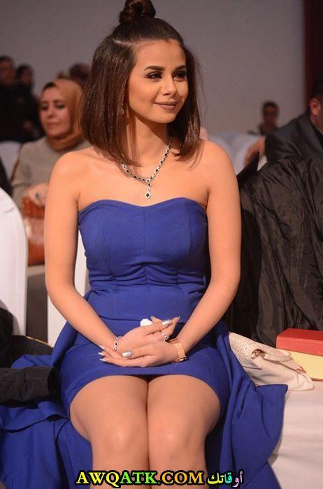 منة عرفة بالفستان الأزرق