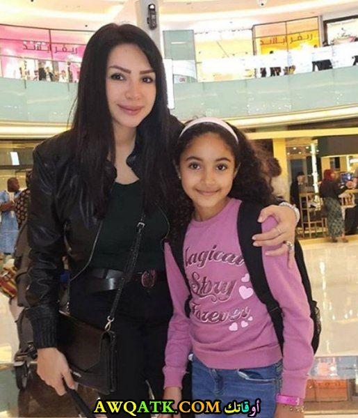 إنجي علاء وابنتها
